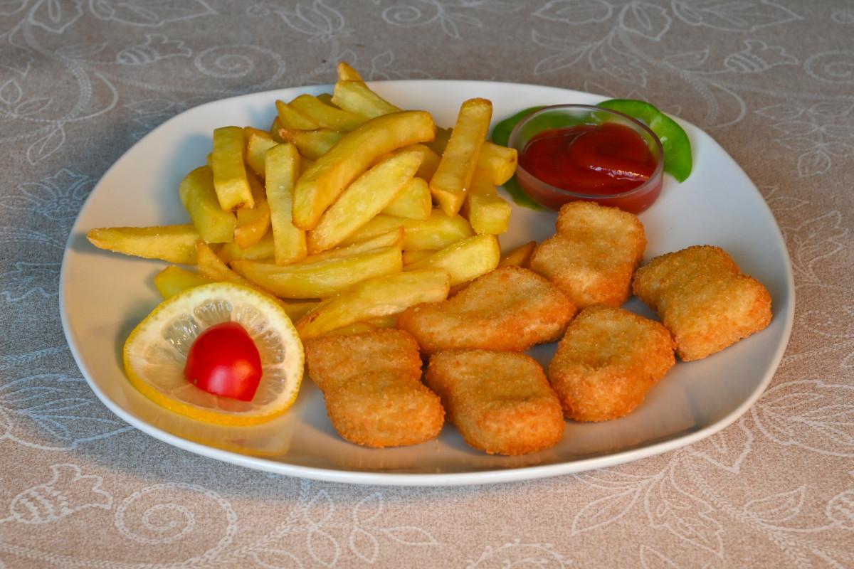 Piščančji ocvrtki, pomfri, kečap