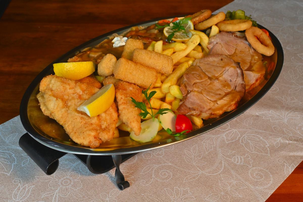 Dunajski zrezek,medaljon na žaru, zrezek z gobicami, pomfri, kroketi, kuhana zelenjava, panirani cebulni obrocki